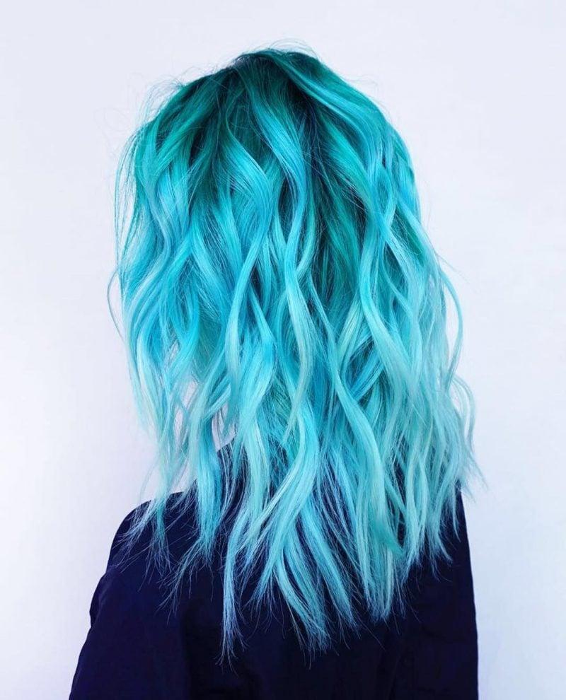 türkise Haare pastellig romentische Lockenfrisur