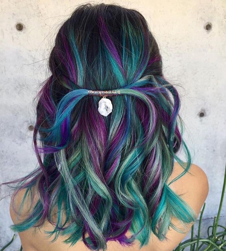 türkise Haare lila Strähnen lockiges Haar