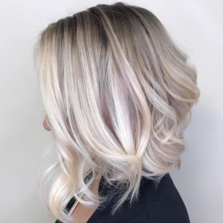 silber Haare färben Haarspitzen leicht wellig