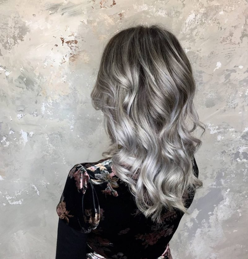 silber Haare färben Langhaarfrisur lockig