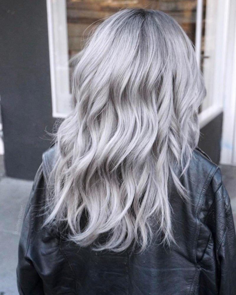 silber Haare färben mittellang wellig