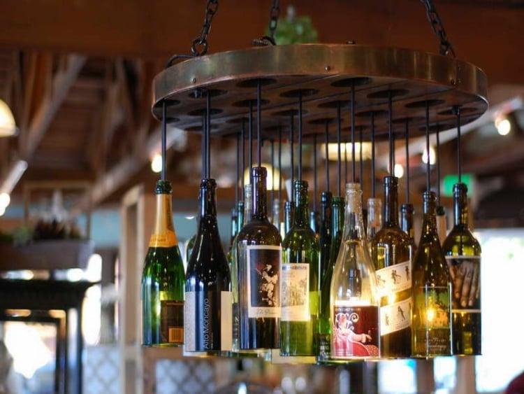 Lampe aus Flaschen Metallscheibe hängend