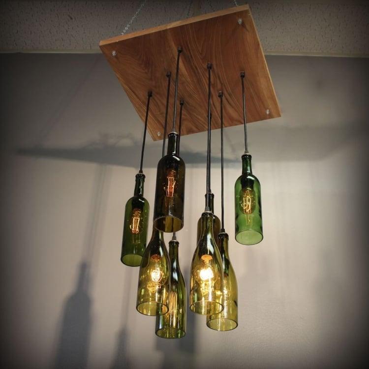 Lampe aus Flaschen Holzplatte Flaschen hängend