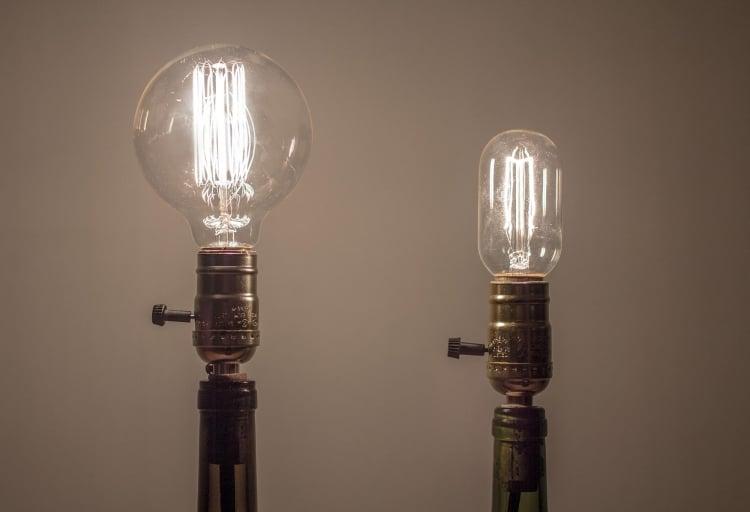 Lampe aus Flaschen interessante Glühbirnen