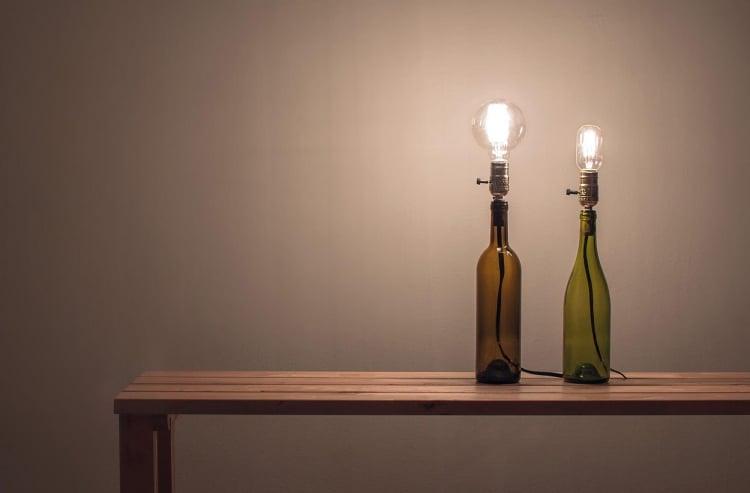 Lampe aus Flaschen herrliche Idee mit Weinflaschen
