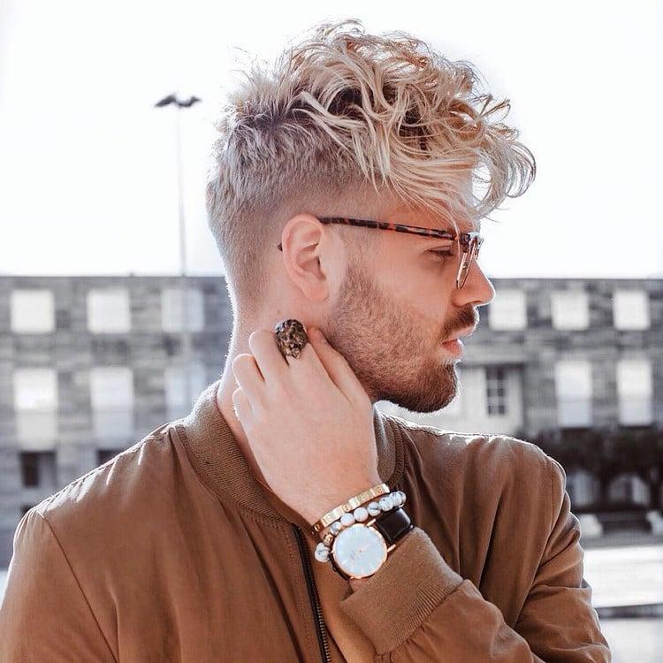 Hipster Frisur Mann Pompadour nach vorne gekämmt Locken