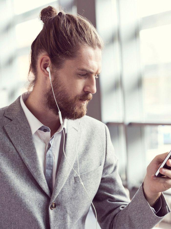 Hipster Frisur Man Bun mit Bart offizielle Kleidung