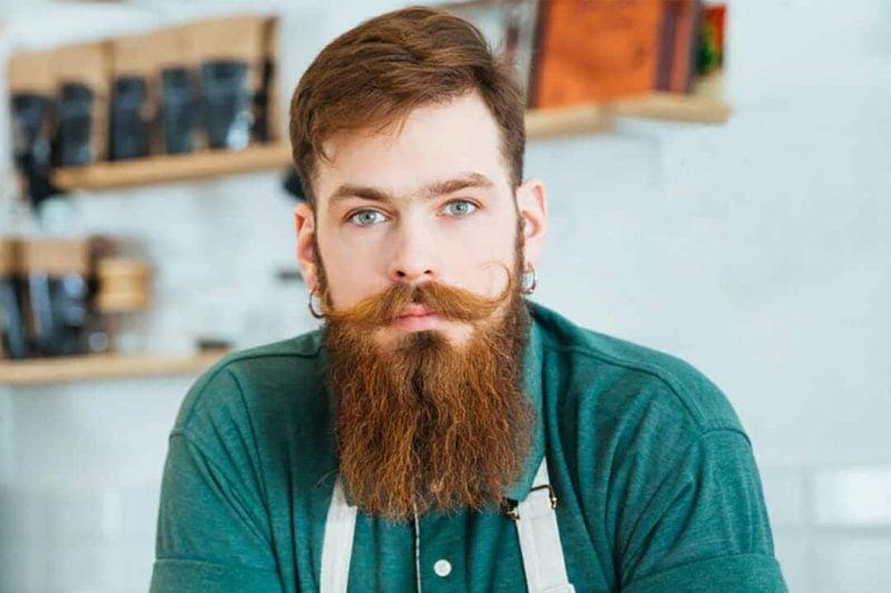 Hipster Frisur mit Tolle Vollbart Mann