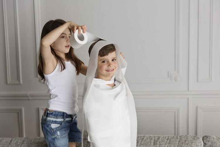 Spiele selber machen Silvester Kinder Mumie wickeln