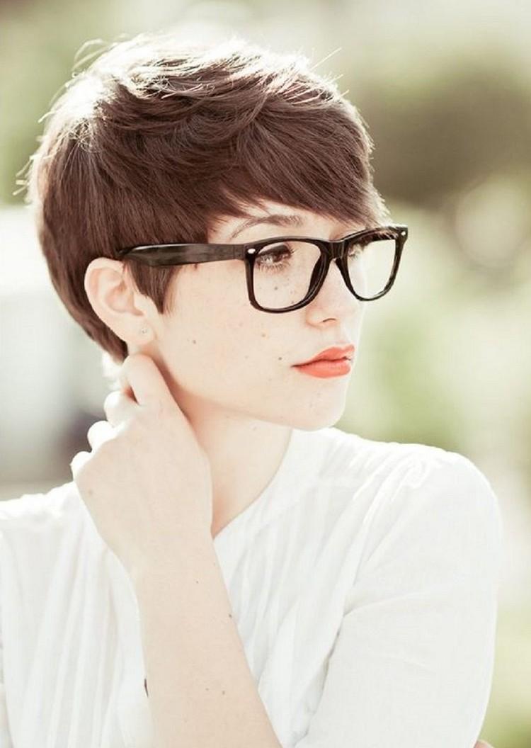 Hipster Frisur Frau elegant Pixie Cut
