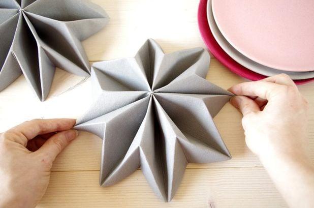 Servietten falten Stern grau hilfreiche Tipps