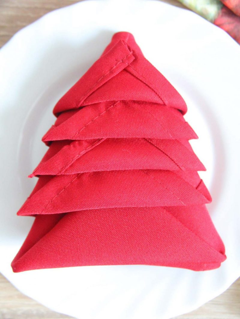 Servietten falten Tannenbaum rote Stoffserviette originell