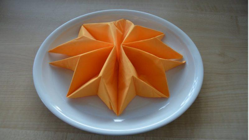 Servietten falten Stern orange herrlicher Look