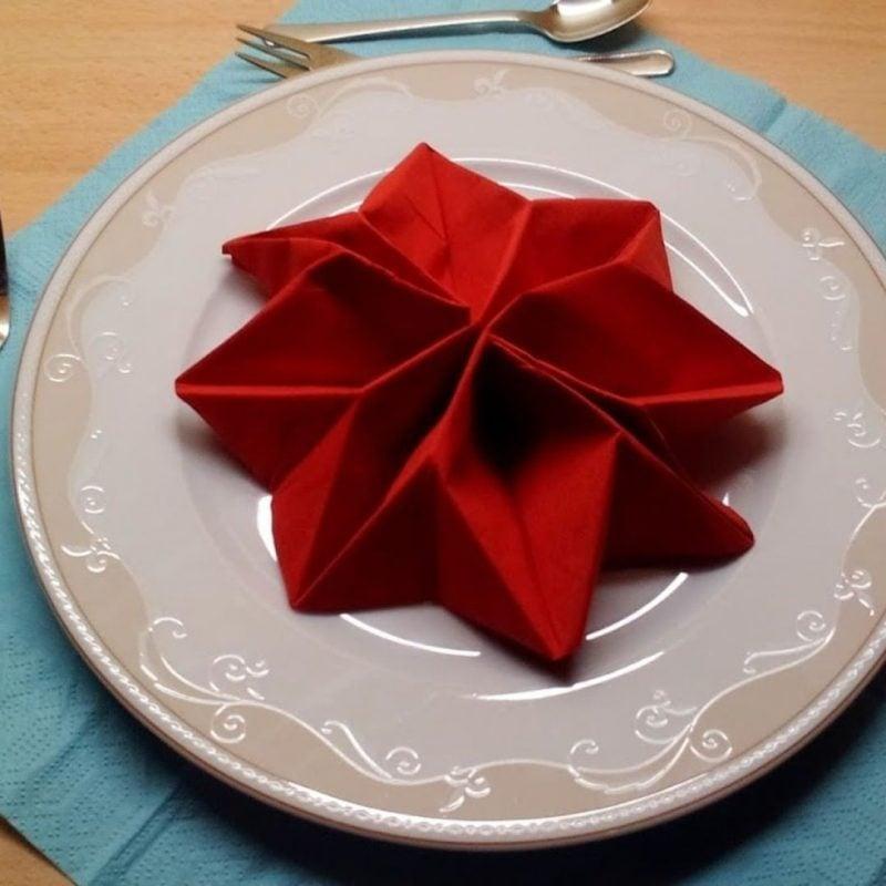 Servietten falten Stern rot auf den Teller legen