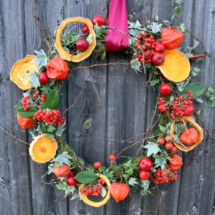 Weihnachtskranz selber machen Beeren Orangenschalen
