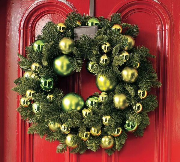 Weihnachtskranz grün Tannenzweige Christbaumkugeln