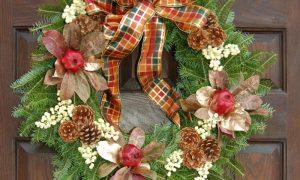 Weihnachtskranz rote Äpfel Tannezweige Schleife