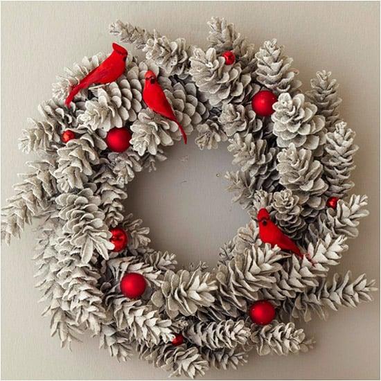 Weihnachtskranz Tannanzapfen silbern rote Akzente