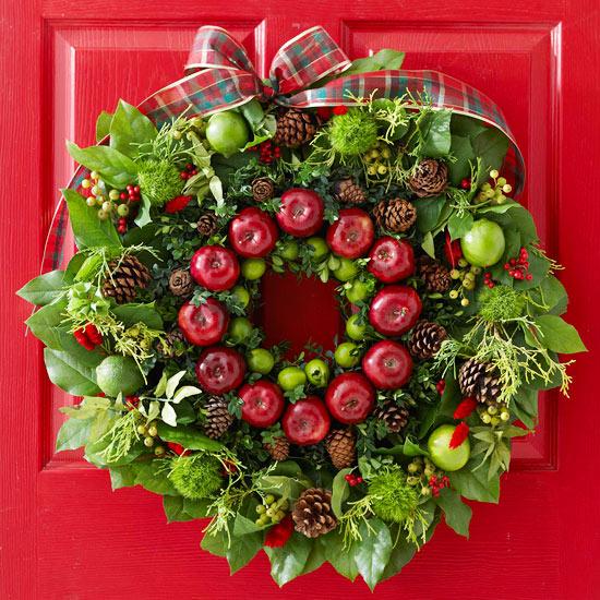 Weihnachtskranz Tannenzweige rote Äpfel