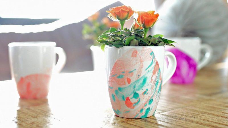 Weihnachtsgeschenke basteln für Erwachsene Tasse verzieren mit Nagellack