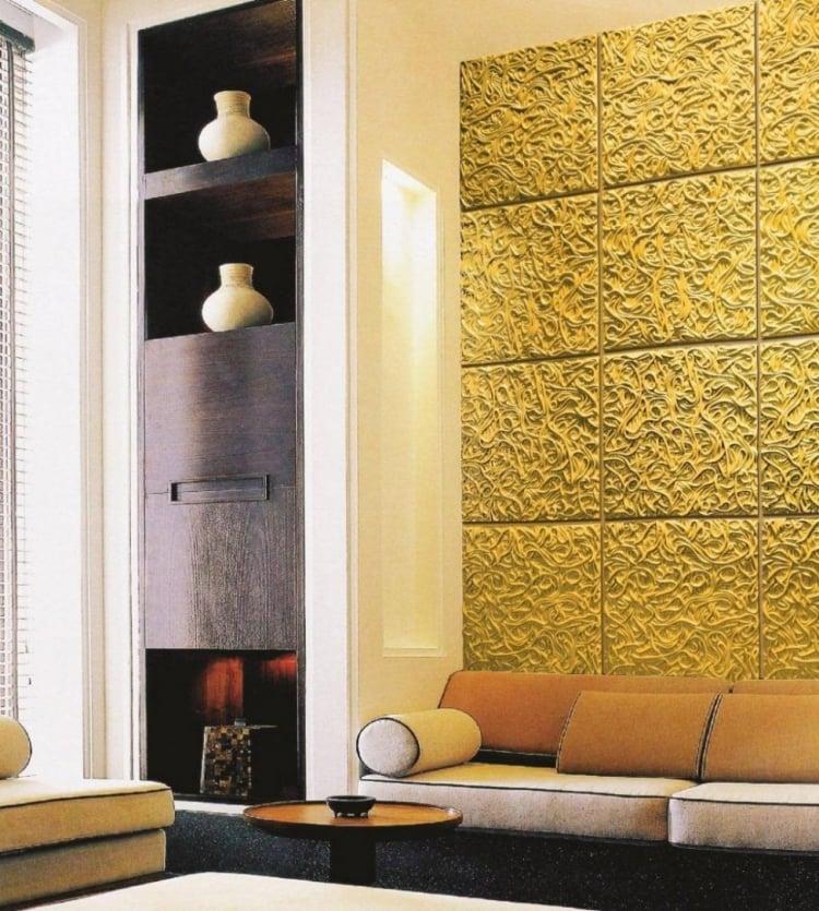 goldene Wandfarbe Wohnzimmer minimalistisch Akzentfliesen