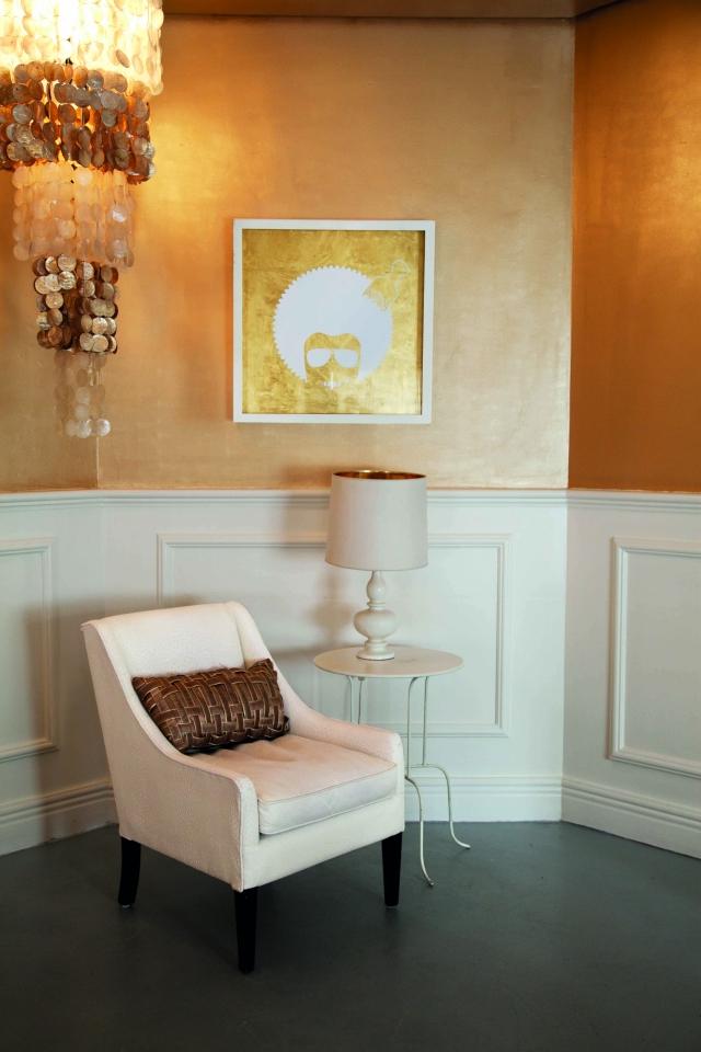 goldene Wandfarbe Sitzecke Vintage