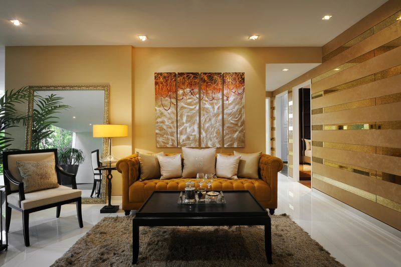 goldene Wandfarbe Wohnzimmer einladend Sitzecke