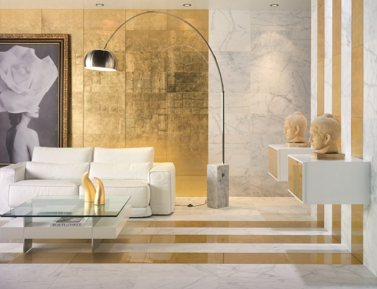goldene Wandfarbe Wohnzimmer Akzentfliesen prachtvoll