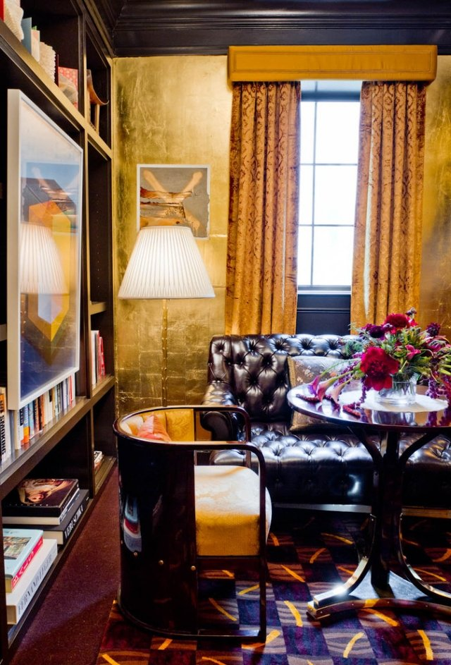 goldene Wandfarbe Wohnzimmer stilvoll