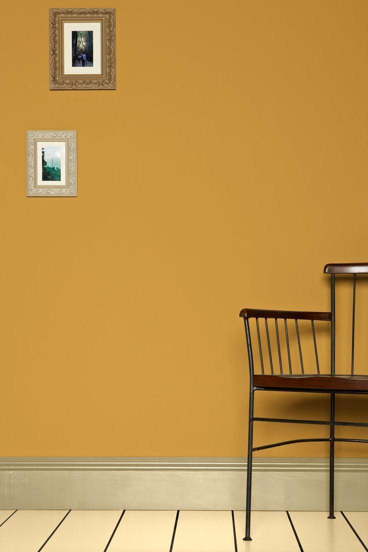 goldene Wandfarbe als Akzent im Interieur
