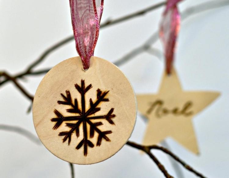 Weihnachtsdeko selber basteln Holz Holzscheiben Christbaumschmuck