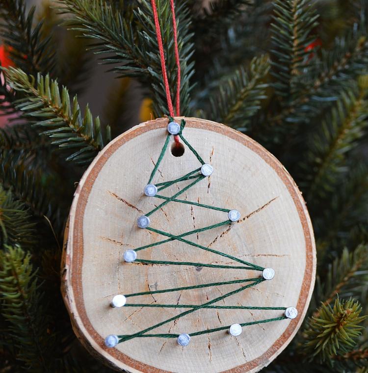 Weihnachtsdeko selber basteln Holz Holzscheibe Nägel Schnur