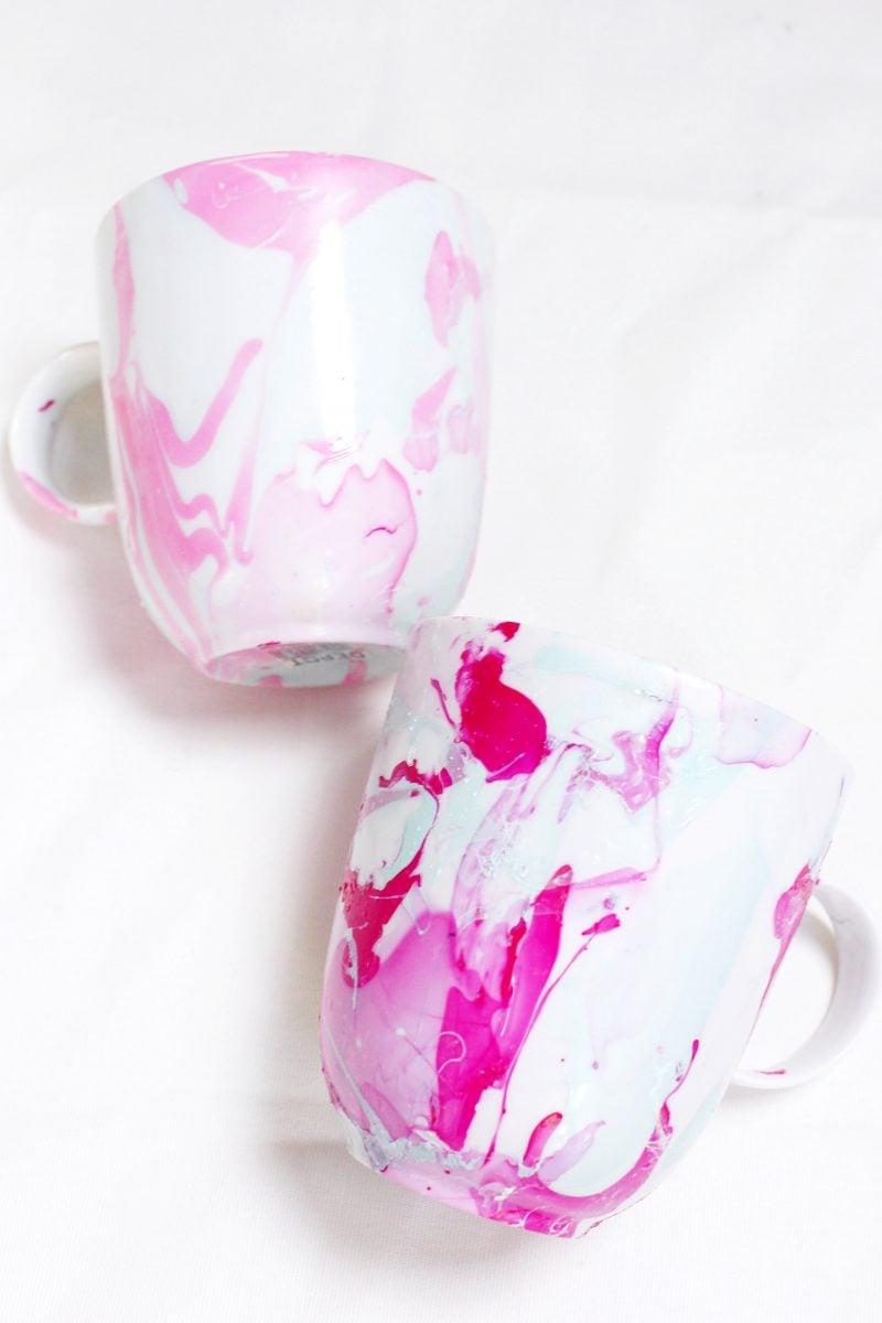 Weihnachtsgeschenke basteln für Erwachsene Tassen bemalen rosa Nagellack