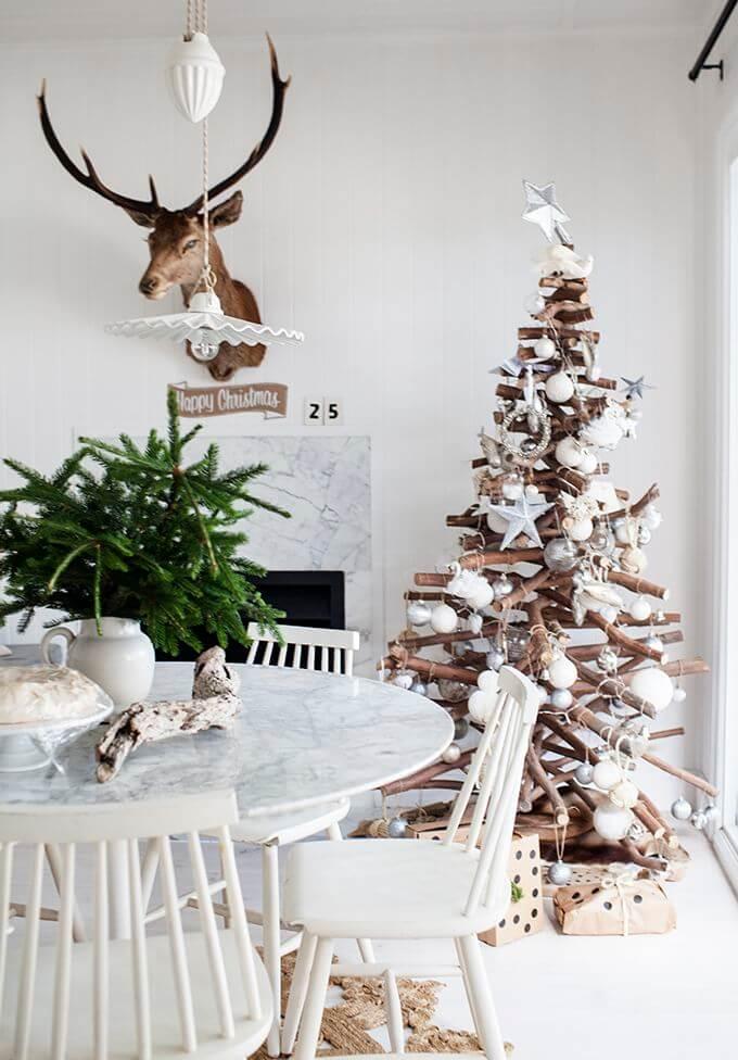 Tannenbaum aus Holz für skandinavische Weihnachten