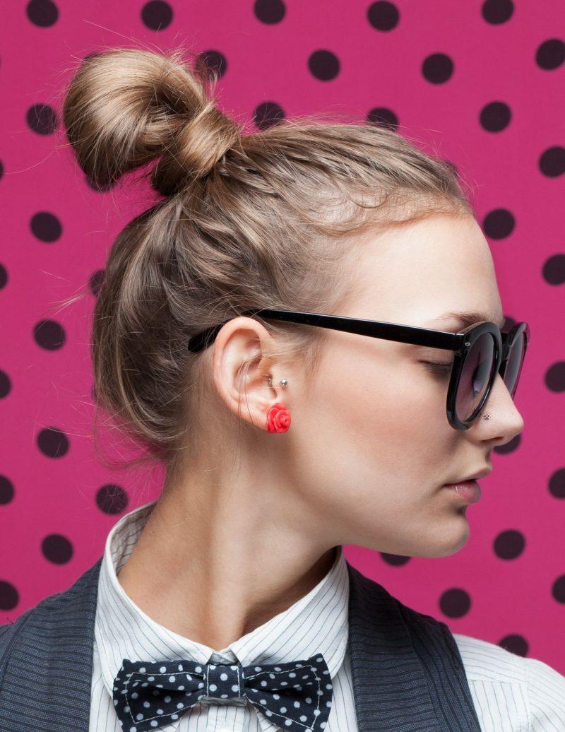 Hipster Frisur lässiger Dutt Brillen Dame