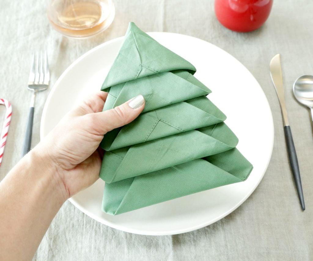 Servietten falten Weihnachten - DIY Anleitung für Servietten Tannenbaum