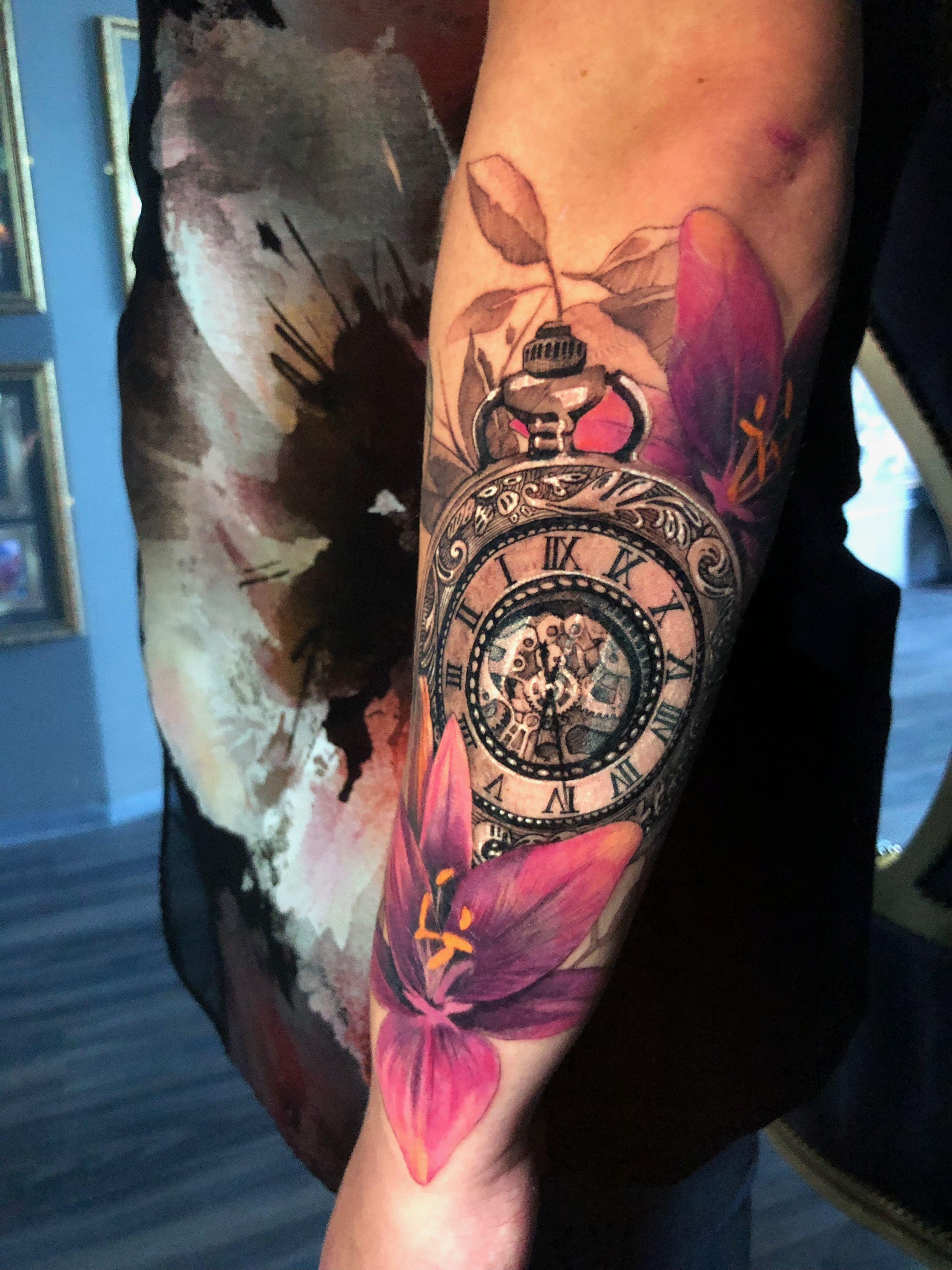 Tattoo Taschenuhr farbig gestalten - Tattoo Design mit Blumen