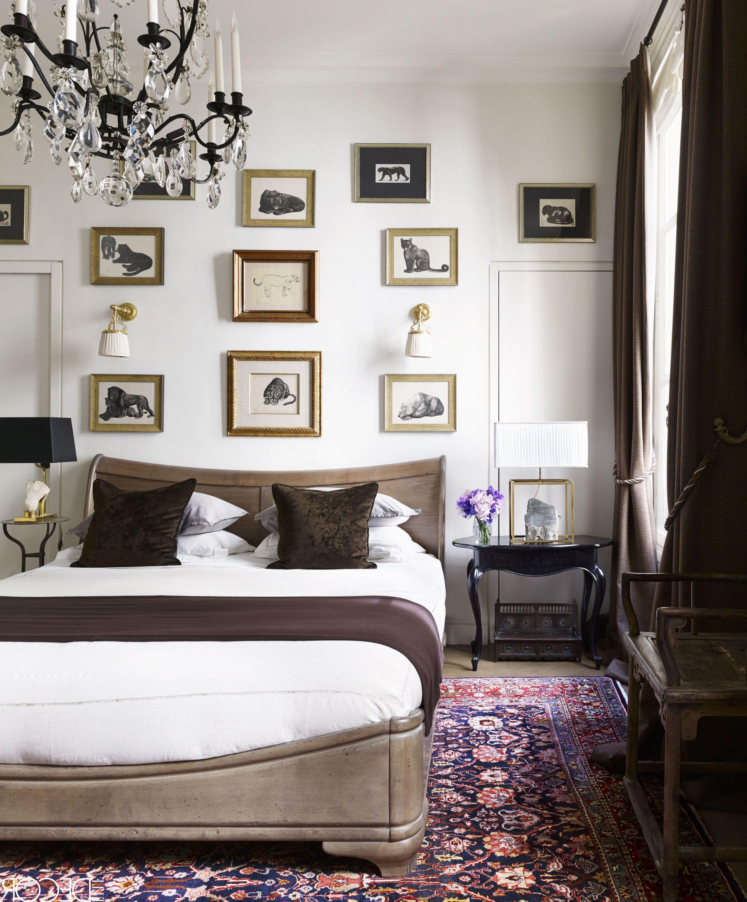 Klassische Deko für Schlafzimmer mit weißen Wänden und Bilder Akzenten