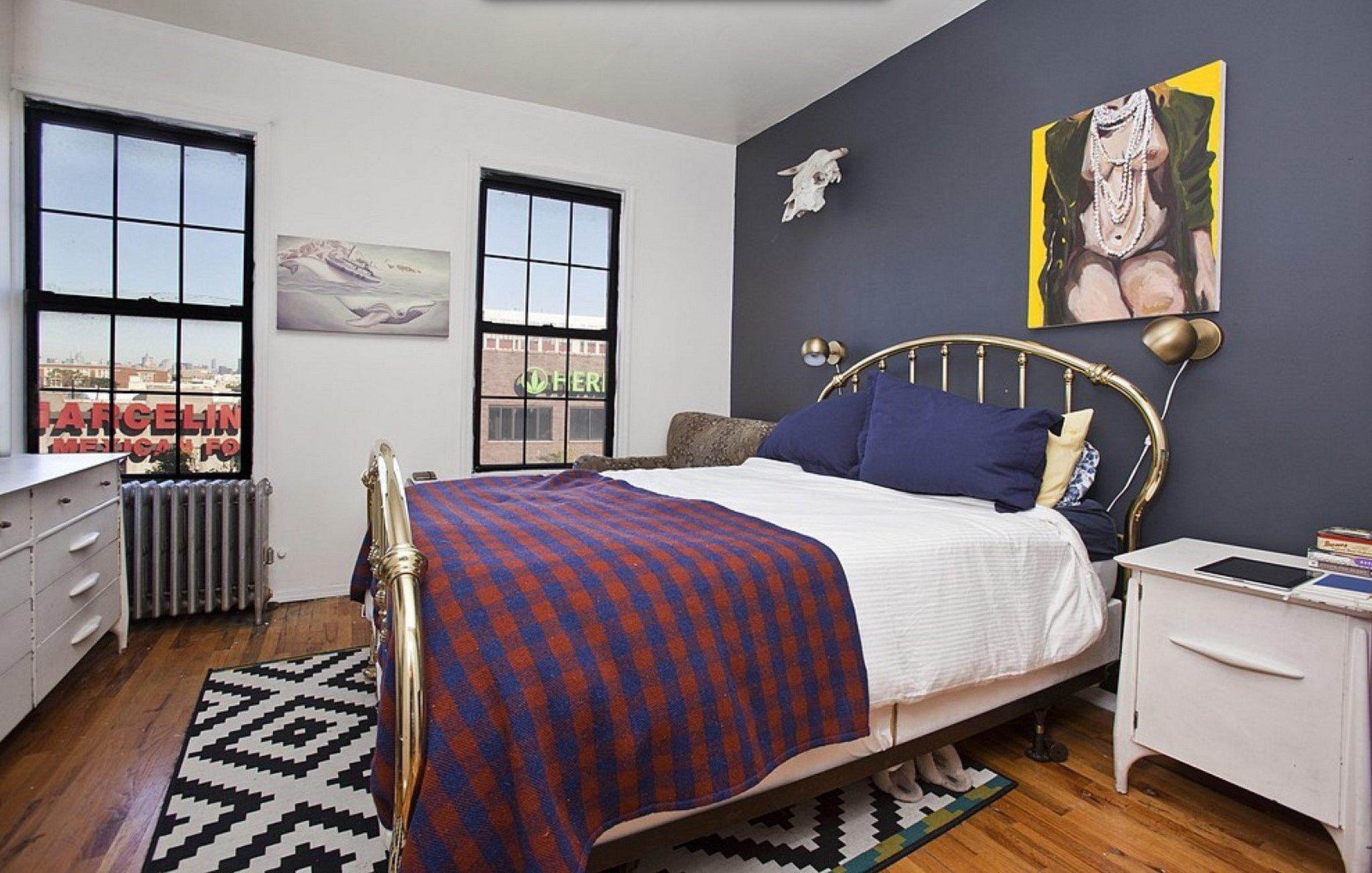Graue Wand mit buntem Bild sieht sehr frisch für das Schlafzimmer Deko