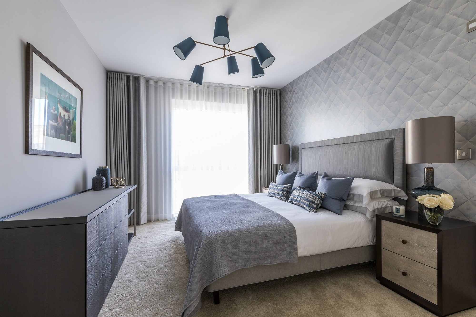 Grau ist leicht zu kombinieren und sieht sehr stilvoll für das Deko Schlafzimmer