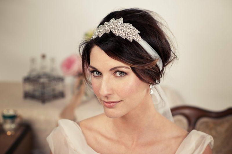Frisur mit Haarband elegant Hochzeit