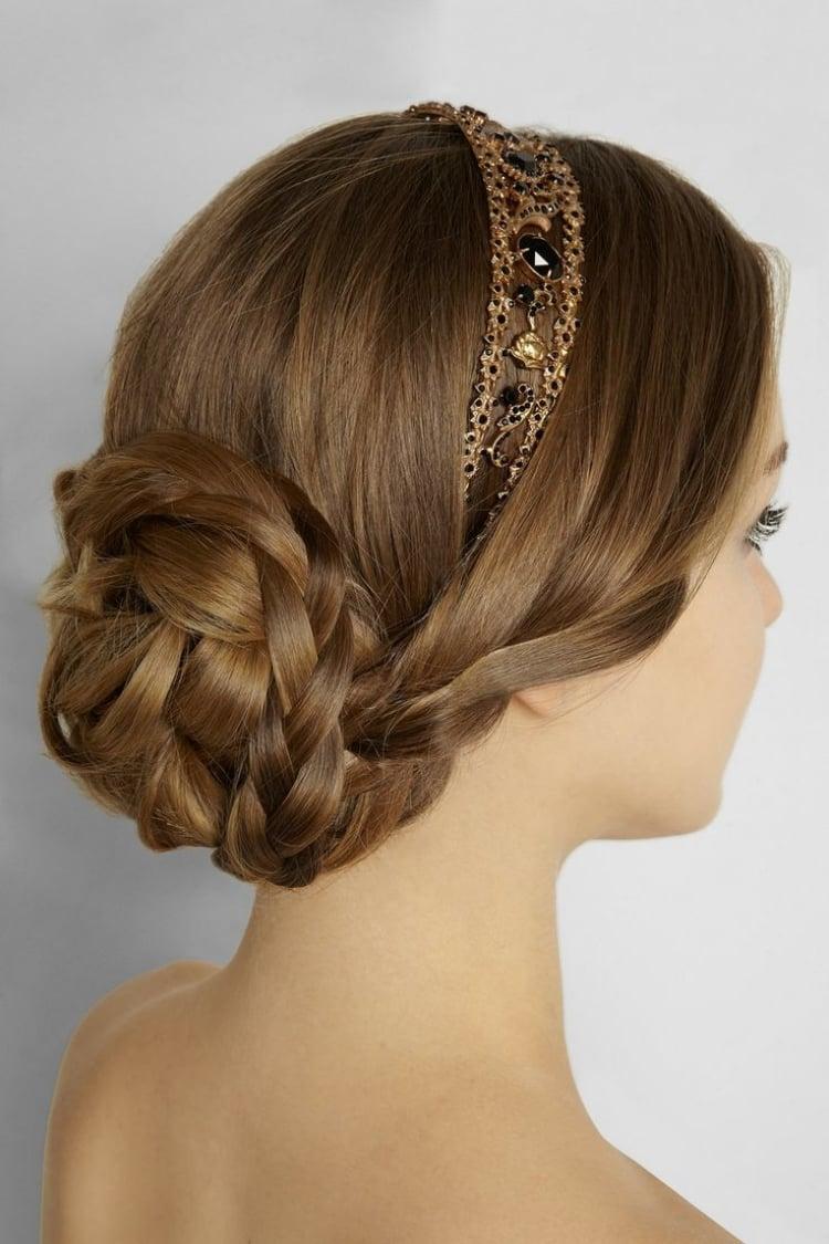 Frisur mit Haarband geflochtener Dutt