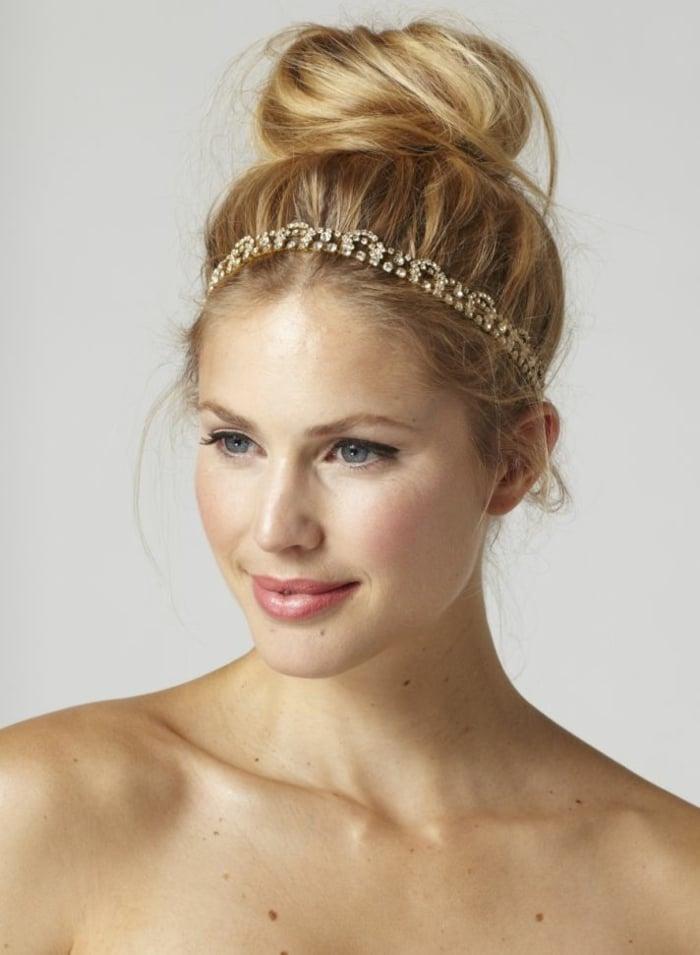 Frisur mit Haarband golden Dutt