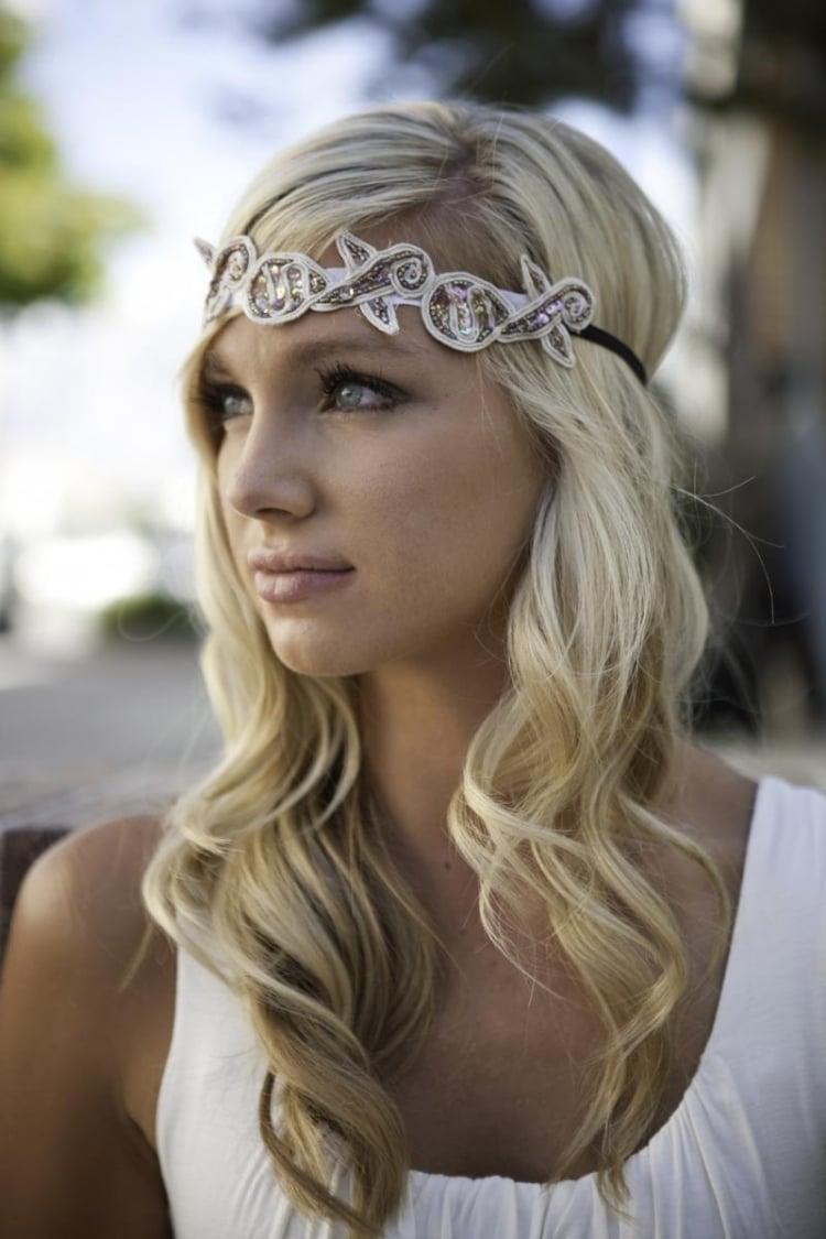 Frisur mit Haarband Stirn romantische Locken