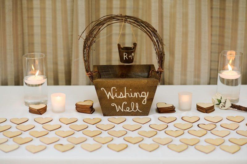 Gästebuch Hochzeit gestalten kleine Herzen Holzgefäß