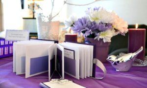 Gästebuch Hochzeit gestalten Violett Tischdecke