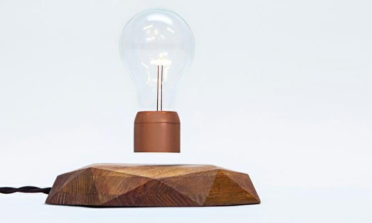 Lampe Glühbirne schwebend Plattform Holz modern