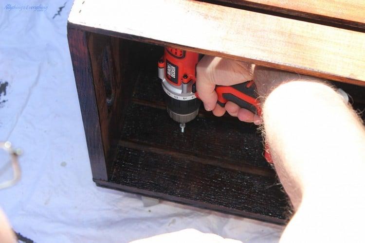 Tisch aus Weinkisten bauen die Kisten aneinander schrauben