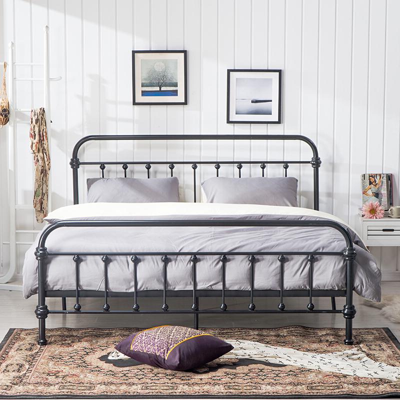 Schwarze Metallbetten und weiße Wände steht stilvoll und elegant
