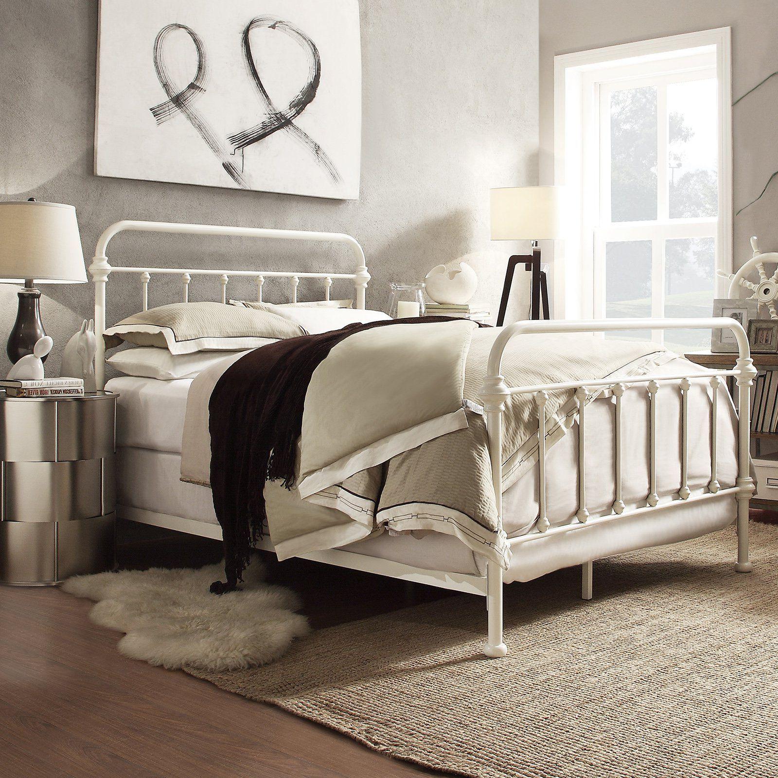 Metallbetten und beige Nuancen machen das Schlafzimmer gemütlicher